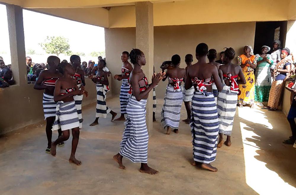 Inauguration danse jeunes élèves réfectoire Loanga
